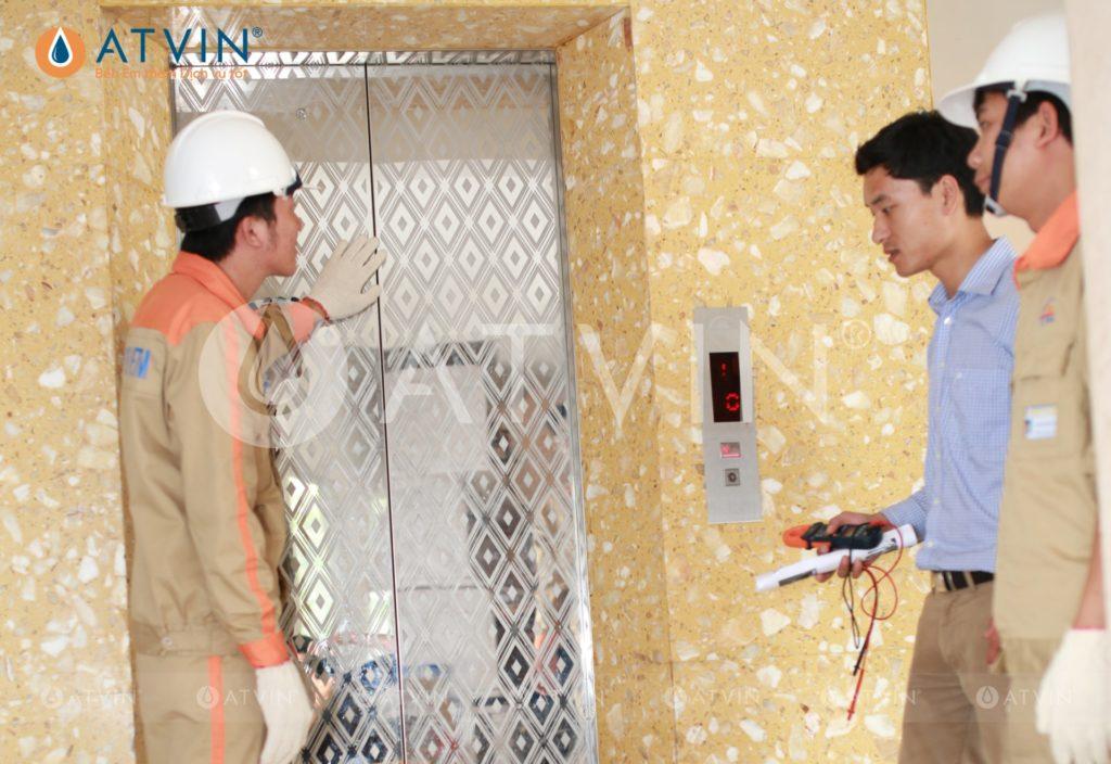 Nút bấm trên bảng điều khiển thang máy phải được vệ sinh đúng cách, bảo trì thường xuyên để loại bỏ bụi bẩn bám trên bảng điều khiển
