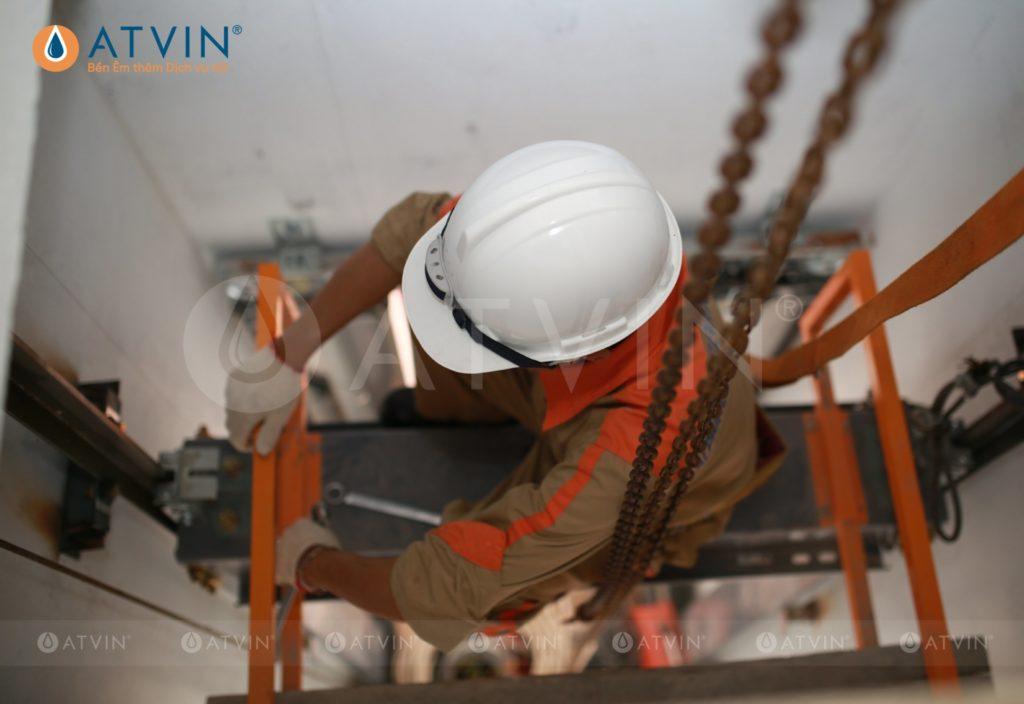 Quá trình lắp đặt cabin thang máy được thực hiện bên trong giếng thang máy