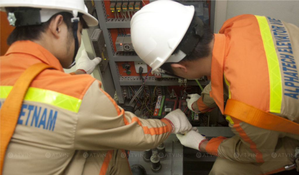 Phòng máy là trung tâm điều khiển toàn bộ hoạt động của thang máy nên phải được kiểm tra cẩn thận