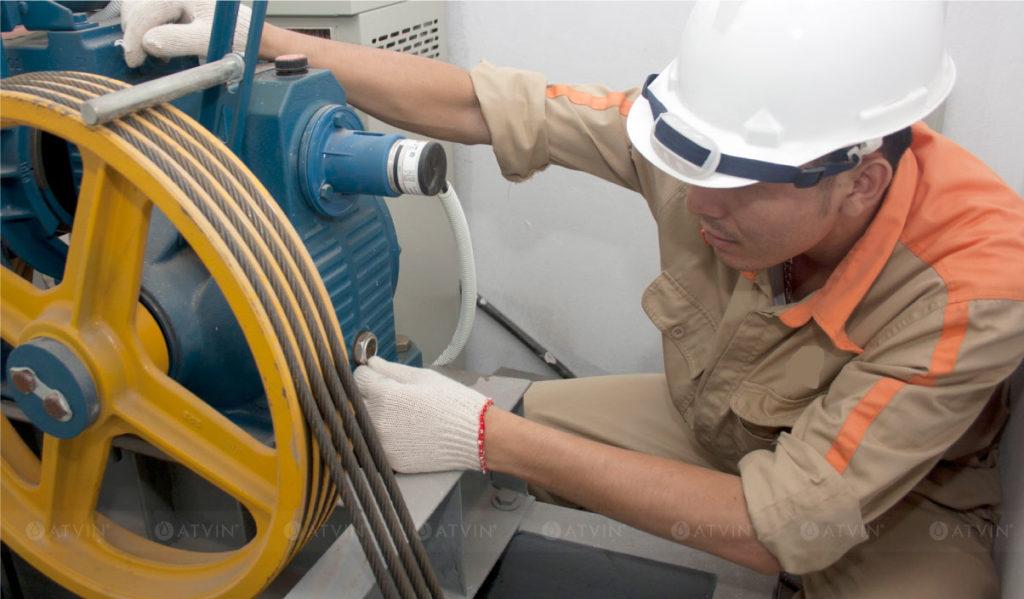 Động cơ thang máy chịu sức tải của toàn bộ cabin nên phải luôn trong tình trạng hoạt động công suất tối đa