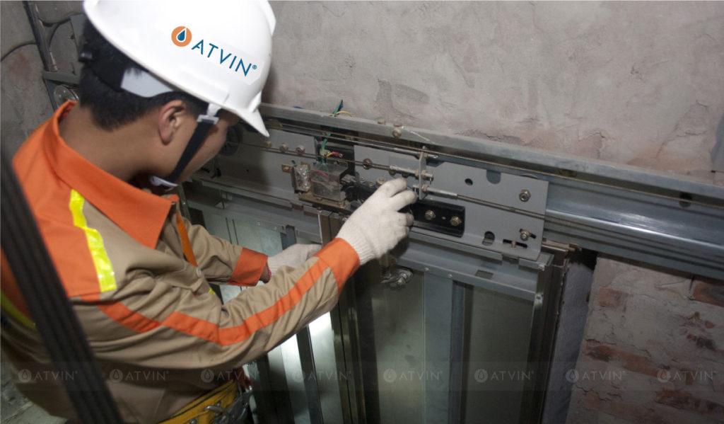 Cửa tầng thang máy có nguyên lý hoạt động phức tạp, phải được bảo trì thang máy thường xuyên để đảm bảo an toàn cho người sử dụng